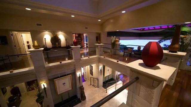 Khu nhà ở tích hợp phòng tiếp khách, garage xe. Dưới tầng hầm có phòng trị liệu sức khỏe riêng, rạp chiếu phim tư nhân và phòng trò chơi. Ảnh:The Sun.