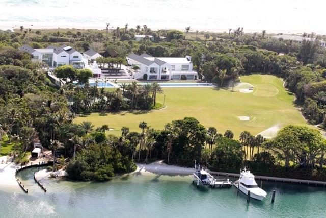 Khu vườn phía sau nhà có bến tàu. Đây là nơi neo đậu những du thuyền xa xỉ của ông hoàng golf. Ảnh:The Sun.