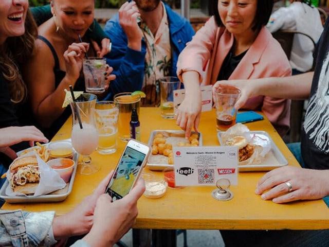 Teeth, một quán bar ở San Francisco, sử dụng menu điện tử dựa trên công nghệ mã QR. Ảnh: The New York Times