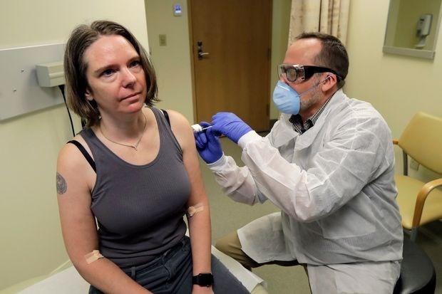 Một tình nguyện viên nhận vắc-xin mRNA-1273 của Moderna trong thử nghiệm giai đoạn I.