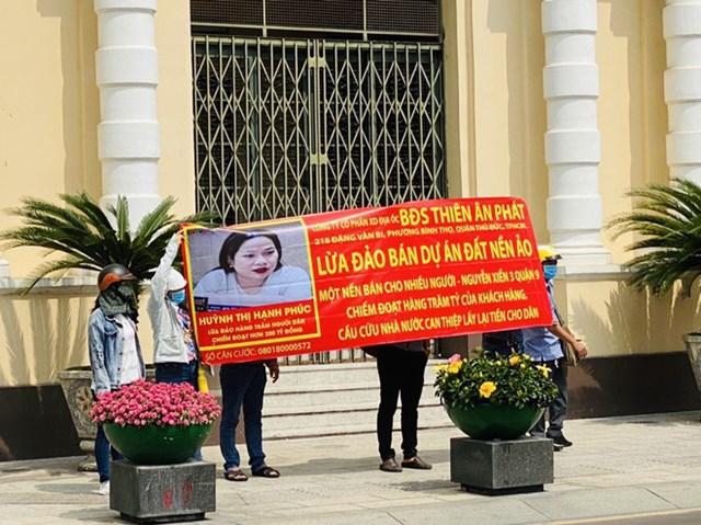 Khách hàng mua đất củaCông tyCP xây dựng địa ốc bất động sản Thiên Ân Phát kéo lên UBND TPHCM căng băng rôn cầu cứu.