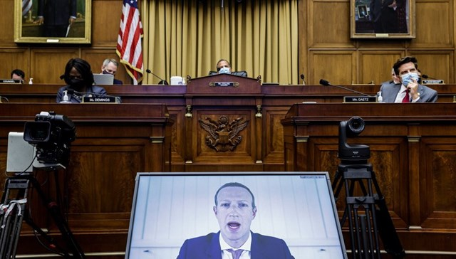CEO Facebook Mark Zuckerberg trả lời trong phiên điều trần (Ảnh: Reuters)