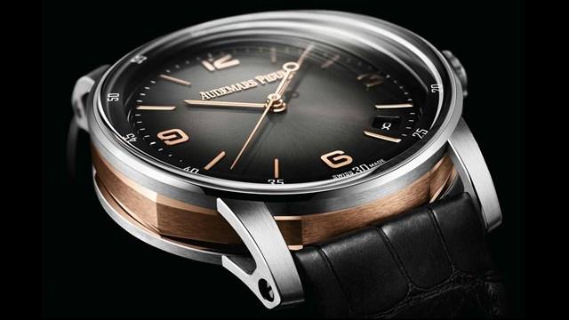 Mặt kính sapphire của đồng hồ gồm hai lớp với mặt trong hình vòm và mặt ngoài cong tạo hiệu ứng như lớp kính lúp nhẹ