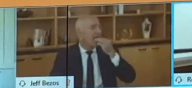 CEO Amazon Jeff Bezos tranh thủ ăn vặt trong phiên điều trần (Ảnh chụp màn hình)