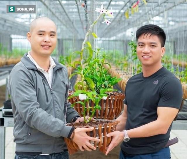 Anh Trương Quốc Chính (bên phải) sở hữu vườn lan với nhiều giống lan đột biến như Bướm đại ngàn, tuyết đỉnh hồng, hồng lộc.