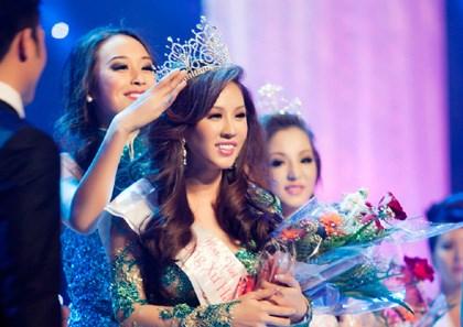 Thu Hoài đăng quang Hoa hậu phu nhân thế giới năm 2012 và sau đó làm gương mặt đại diện cho chính thương hiệu của mình.