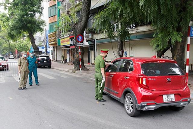 Hà Nội xử phạt gần 900 trường hợp vi phạm phòng chống dịch với số tiền hơn 1,2 tỷ đồng - Ảnh 1