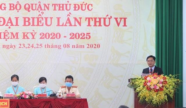 Ông Nguyễn Mạnh Cường, Bí thư Quận ủy Thủ Đức, báo cáo đại hội các nhiệm vụ trọng tâm của nhiệm kỳ tới