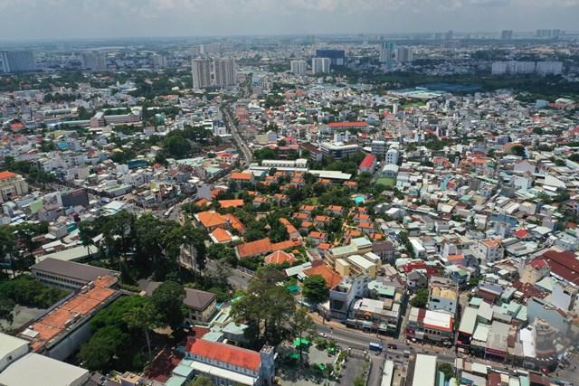 Thị trường bất động sản quận Thủ Đức chủ yếu là nhà lẻ, xen lẫn một số quỹ đất cho chung cư. Ảnh:Quỳnh Danh.