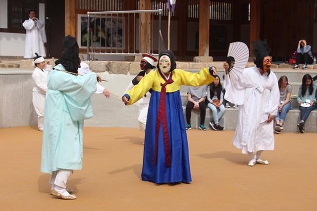 Vở kịch Hahoe byeolsingut talnori được biểu diễn nhằm làm vui các vị thần.