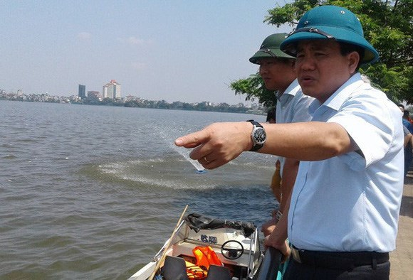Ông Nguyễn Đức Chung, Chủ tịch UBND TP Hà Nội, chỉ huy xử lý môi trường cá chết trắng Hồ Tây ngày 3-10-2016