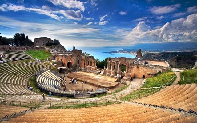 Nhà hát cổ Teatro Greco được xây dựng từ thế kỷ thứ 3 TCN đến nay vẫn được sử dụng