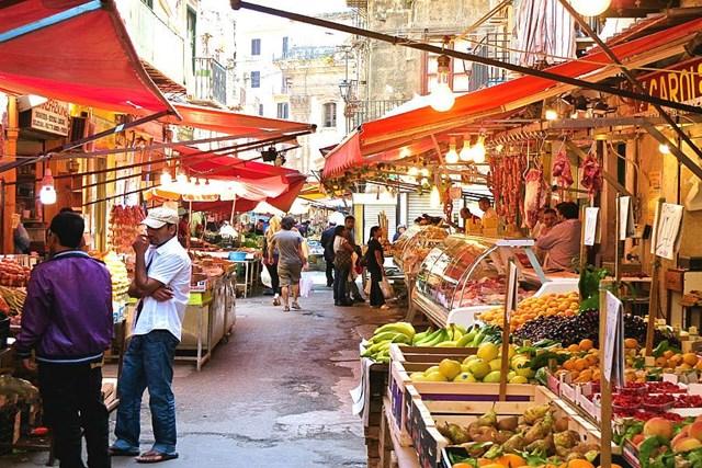 Những khu chợ truyền thống ngập tràn thực phẩm tươi mới