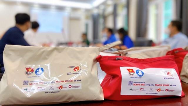 Quỹ Stronger with Amser tặng 1.500 túi y tế cá nhân cho tình nguyện viên chống dịch - Ảnh 1