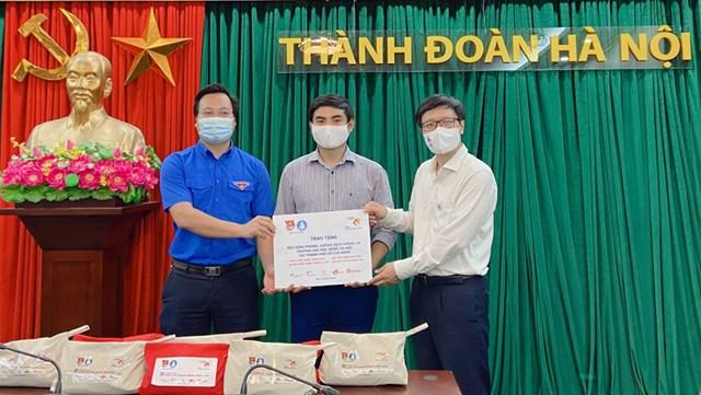 Quỹ Stronger with Amser tặng 1.500 túi y tế cá nhân cho tình nguyện viên chống dịch - Ảnh 3