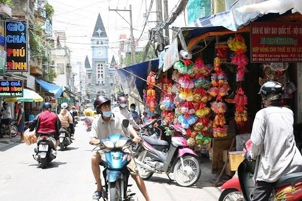 Con hẻm vào xóm lồng đèn truyền thống Phú Bình (quận 11), hàng quán treo bán lồng đèn khá nhiều nhưng đa phần là lồng đèn nhựa của Trung Quốc.