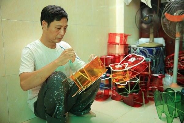 Ông Nguyễn Trọng Thành, đời thứ hai làm nghề lồng đèn truyền thống tại xóm lồng đèn Phú Bình, quận 11.