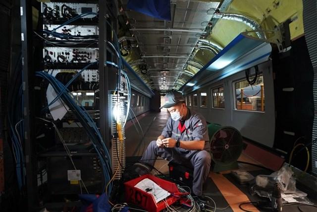 Nhân viên kỹ thuật tham gia sản xuất tàu cao tốc tại thành phố Đường Sơn, tỉnh Hà Bắc, Trung Quốc. Ảnh:Xinhua.
