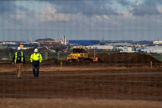 Nhân viên xây dựng mở rộng nhà máy Contemporary Amperex Technology ởArnstadt, Đức, năm 2019. Ảnh:Bloomberg.