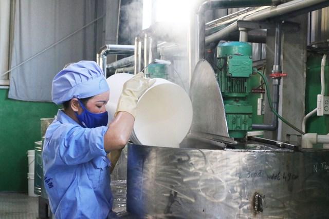 Công nhân nguyên liệu đã sơ chế vào nồi nấu - công đoạn 1 trong dây chuyền sản xuất thạch Việt Food