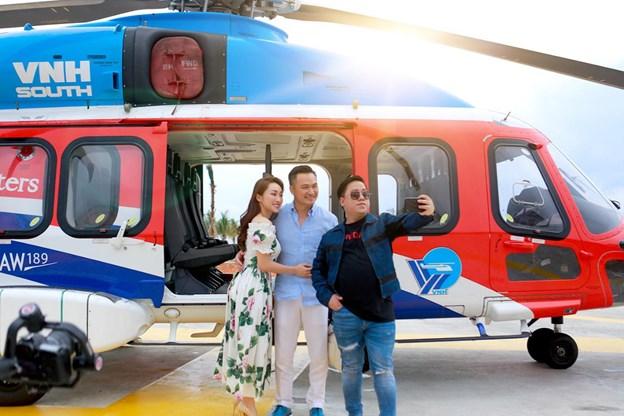 MC Tùng Leo có mặt trên chuyến bay cùng diễn viên Chi Bảo và là người bạn đồng hành trong suốt chuyến đi.