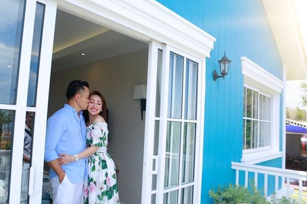 Nam diễn viên và bạn gái không giấu được hạnh phúc khi ngắm nhìn biển ngay tại ban-công biệt thự.