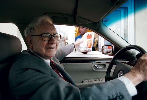 Warren Buffet tự lái chiếc xe Cadillac 6 năm tuổi của mình đi khắp nơi