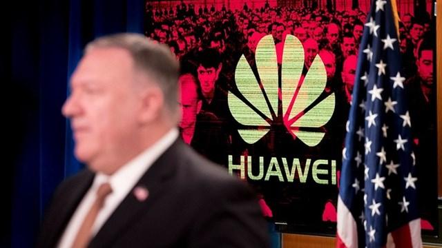 Logo của Huawei phía sau Ngoại trưởng Mỹ Mike Pompeo trong một cuộc họp báo vào tháng 7.