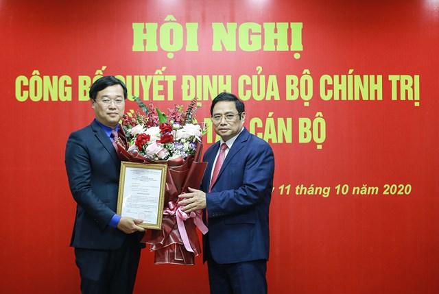 Ông Phạm Minh Chính trao quyết định cho ông Lê Quốc Phong- Ảnh: NAM TRẦN