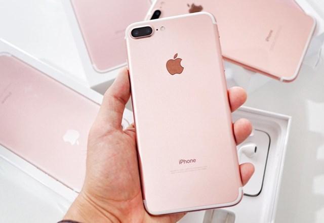 iPhone7 Plusqua sử dụng đang được chào bán với giá từ 6,7 triệu đồng, giảm 600.000 đồng so với tháng trước. Sản phẩm vẫn được bán chính hãng sau 4 năm lên kệ tại Việt Nam nhưng chủ yếu chỉ còn hàng bản 128 GB, giá 8,9 triệu đồng.