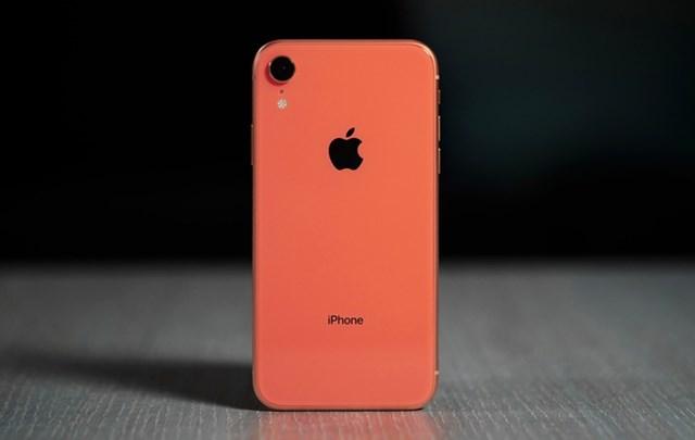 iPhone XRqua sử dụng đang được bán với giá 10,4 triệu đồng, giảm 900.000 đồng so với tháng trước. Máy có màn hình 6,1 inch, độ phân giải 1.792 x 828 pixel, phần notch khá to tích hợp Face ID. Model này dùng chip A12 Bionic, chỉ có một camera chính 12 MP, khẩu độ f/1.8. iPhone XR chính hãng bản 64 GB đang được bán với giá từ 12,3 triệu đồng.