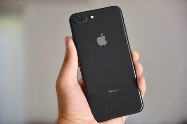 Tuy nhiên, thiết kế của sản phẩm được đánh giá đã lỗi thời so với các mẫu smartphone đời mới, viền đen phía trên và dưới khá dày. Máy được trang bị con chipAppleA11 Bionic, RAM 3 GB, camera kép đều có độ phân giải 12 MP. iPhone 8 chính hãng đã bị khai tử ở Việt Nam. Trong khi đó, một số hệ thống vẫn còn bán iPhone 8 Plus chính hãng với giá từ 12,3 triệu đồng.