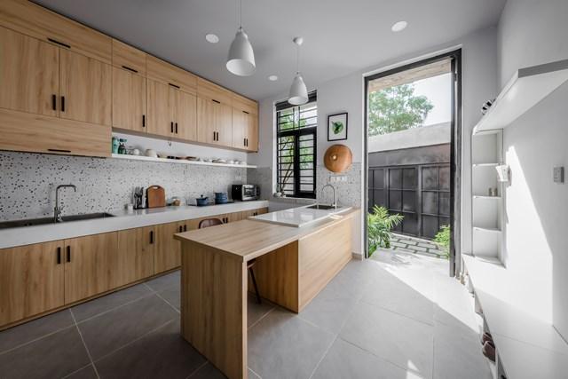 Coi tổ ấm là nơi thư giãn và tụ họp riêng tư, không phải nơi tiếp khách nên gia chủ lựa chọn đặt không gian bếp làm vị trí trung tâm của căn nhà.