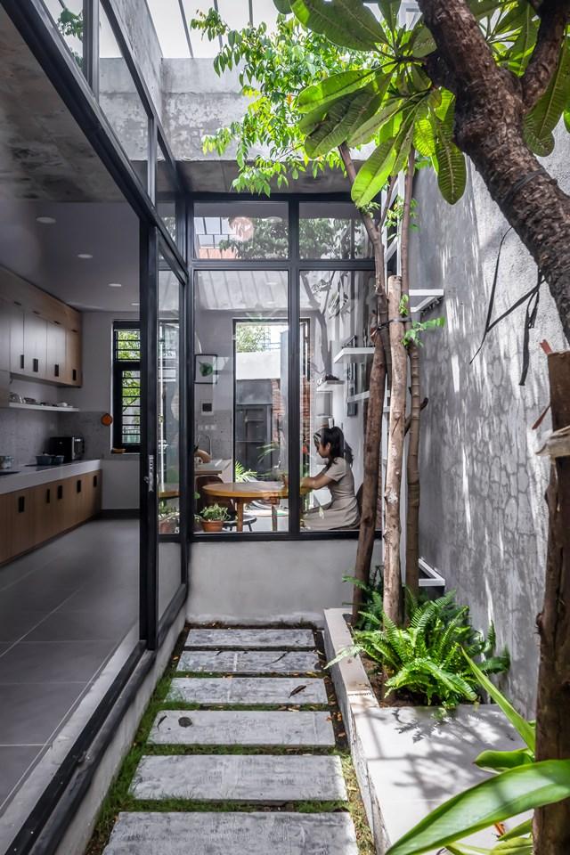 Ngôi nhà có diện tích không quá lớn, rộng 4,4m, chiều dài hai bên hông không đồng đều, lần lượt là 19m và 23m. Do vậy, các không gian được phân chia một cách linh hoạt.
