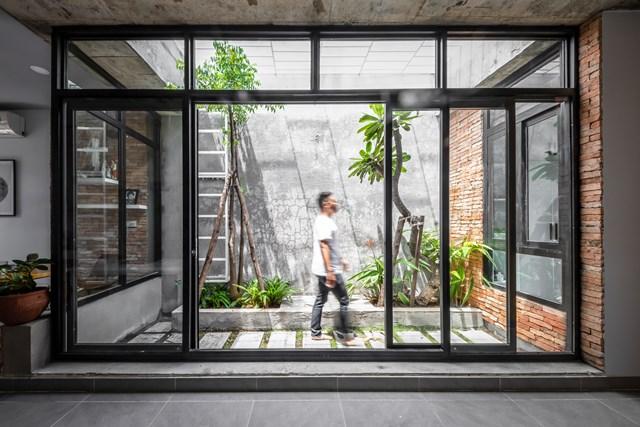 Ba không gian xanh của ngôi nhà trải đều từ phía sân trước, dọc nhà và ở phía sân sau.