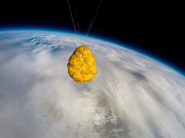 Miếng gà rán được đông lạnh -60 độ C trước khi du hí vào không gian.