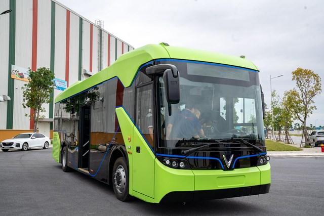 Mẫu xe buýt điện của VinFast có 2 màu xanh lá và đen chủ đạo.
