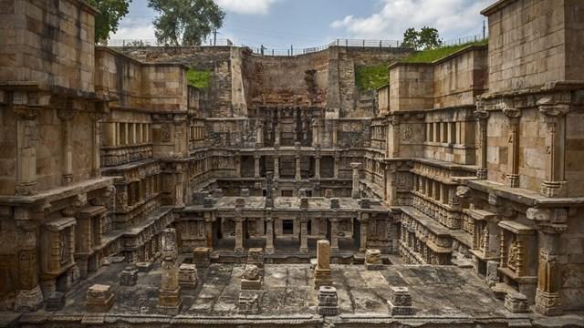 Đây là Di sản Thế giới được UNESCO công nhận, Rani Ki Vav được xây dựng vào thế kỷ 11 bởi Nữ hoàng Udayamati của triều đại Chalukya để tưởng nhớ người chồng đã khuất của bà.