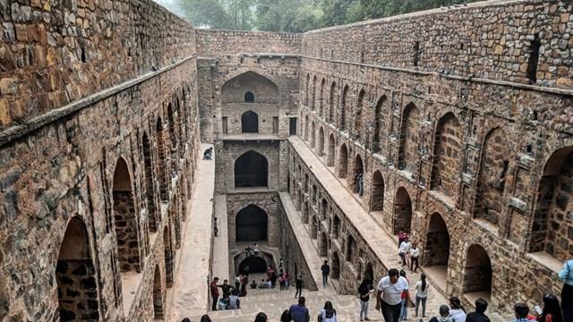 Agrasen Ki Baolinằm ở trung tâm của New Delhi, có tổng cộng 108 bậc thang rộng rãi, dẫn xuống một hồ chứa nước có mái che nay đã cạn.