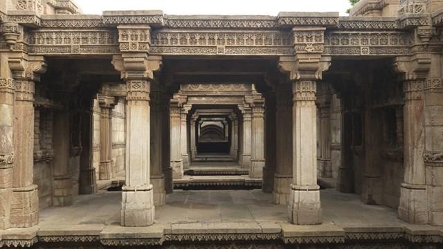 Là sự pha trộn tuyệt đẹp giữa kiến trúc Hồi giáo và Ấn Độ giáo,Adalaj Stepwellnằm trong một ngôi làng nhỏ cùng tên gần Ahmedabad ở bang Gujarat. Giếng có năm tầng và một mê cung gồm các phòng, lối đi và sảnh được chạm khắc tinh xảo.Nó cũng được coi là minh chứng cho một tình yêu vĩnh cửu.