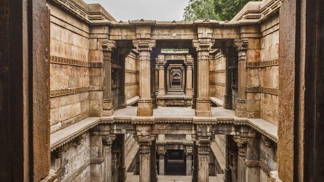 Nằm gần đường ray xe lửa ở ngoại ô Ahmedabad,Dada Harirlà điểm đến mơ ước của các nhiếp ảnh gia. Lộng lẫy và nổi bật bên cạnh những con phố giản đơn,Dada Harircó những tác phẩm điêu khắc, chạm khắc mê hoặc lòng người được xây dựng vào thế kỷ thứ 15