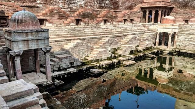 Chỉ cách Toorji ka Jhalra vài dãy nhà là một giếng bậc thang tuyệt vời khác có tênMahila Bag Ka Jhalra.