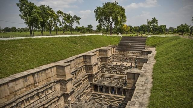 Trong nhiều thế kỷ, giếng bậc thang hùng vĩ này đã từng bị chôn vùi do một trận lụt lớn. Diện mạo choáng ngợp hiện tại của Rani Ki Vav là kết quả của hơn 50 năm khai quật và trùng tu.