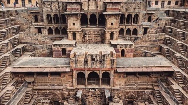 Giếng bậc thangChand Baori là một trong những công trình kiến trúc ấn tượng nhất ở Ấn Độ, nằm ở làng Abhaneri cách thành phố hồng Jaipur, Rajasthan khoảng 60 km. Giếng cổ này có niên đại hơn 1.000 năm.