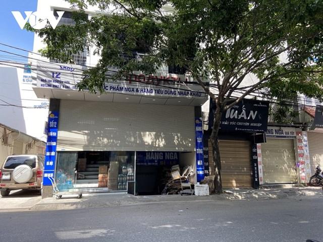 Một số cửa hàng chuyên bán hàng xách tay chuyển sang trạng thái nửa đóng nửa mở cửa