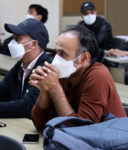 Người lao động nhập cư tham gia một cuộc họp báo về điều kiện làm việc ở trung tâm Seoul hôm 18/10.