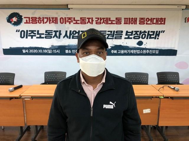 Shiva Tharu phải trả cho ông chủ của mình 500.000 won (440 USD) để được hủy hợp đồng.