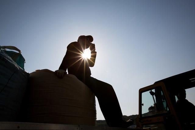 Lao động nhập cư bị ràng buộc với người sử dụng lao động bởi thị thực và hợp đồng.