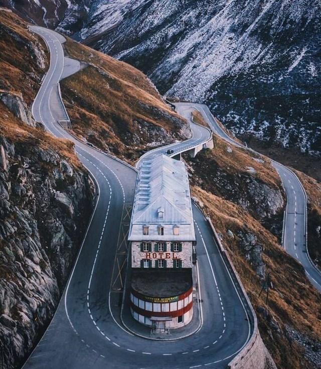 Khung cảnh đẹp như tranh vẽ của khách sạn Belvédère trên dãy núi Alps.
