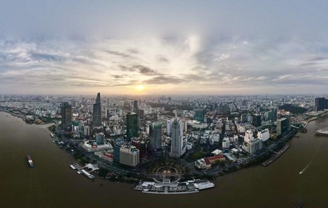 Đầu tháng 12/2019, chủ đầu tư dự án Khách sạn Hilton Sài Gòn được cấp giấy phép xây dựng phần thân. Dự án cất nóc cuối tháng 4/2020.